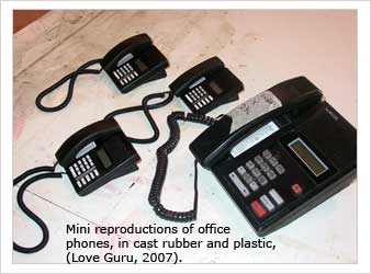 Mini reproductions of office phones, in cast rubber and plastic, (Love Guru, 2007).